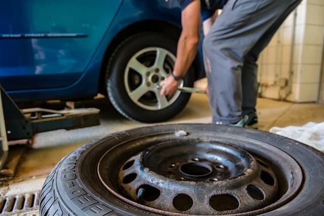 tlak vzduchu v pneumatikách
